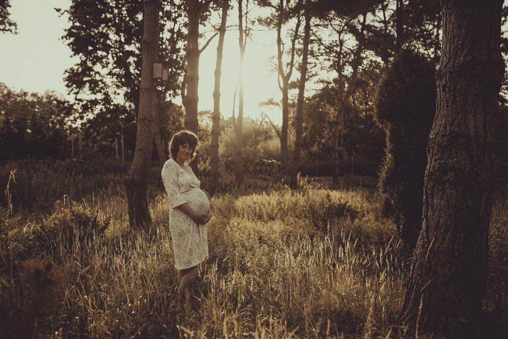 Eine schwangerere Frau hält sich den Bauch