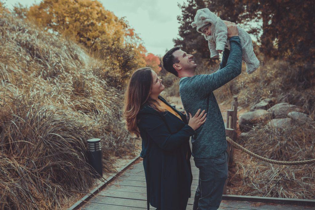 jungle familie hebt ihr Kindhoch und lacht