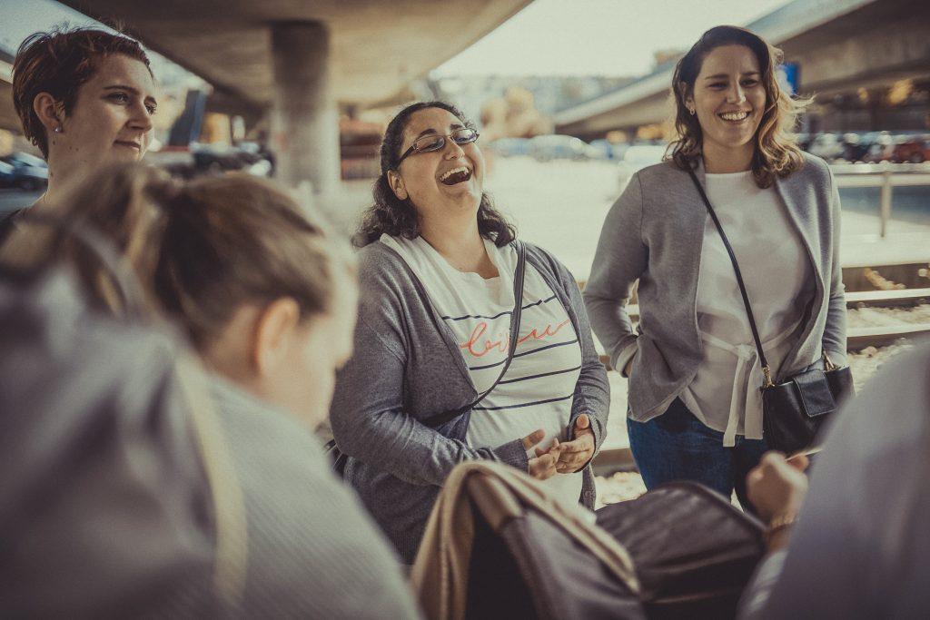 Frauen lachen