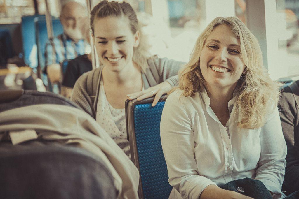 Frau sitzt in der Straßenbahn