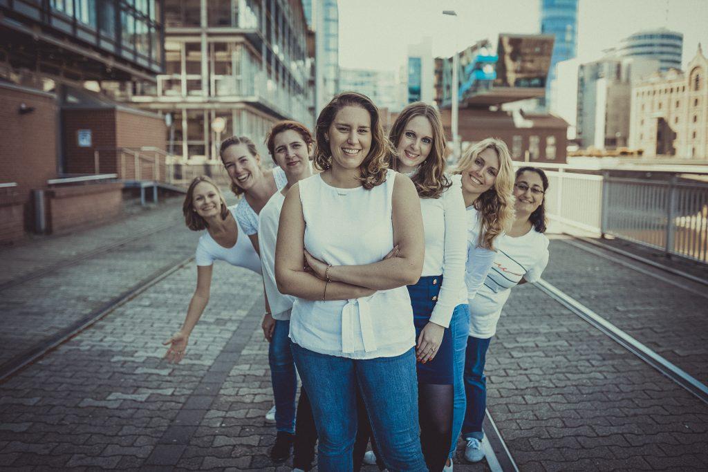 Frauen feiern den Junggesellenabschied und stehen in Düsseldorf im Medienhafen