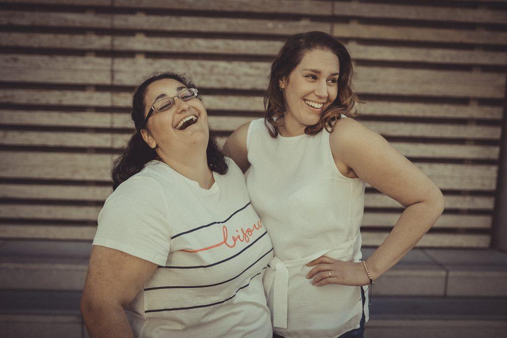 Freundinnen stehen zusammen und lachen