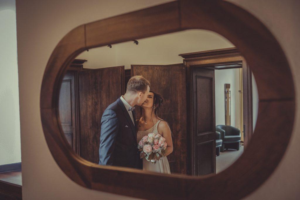 Braut und bräutigam küssen sich