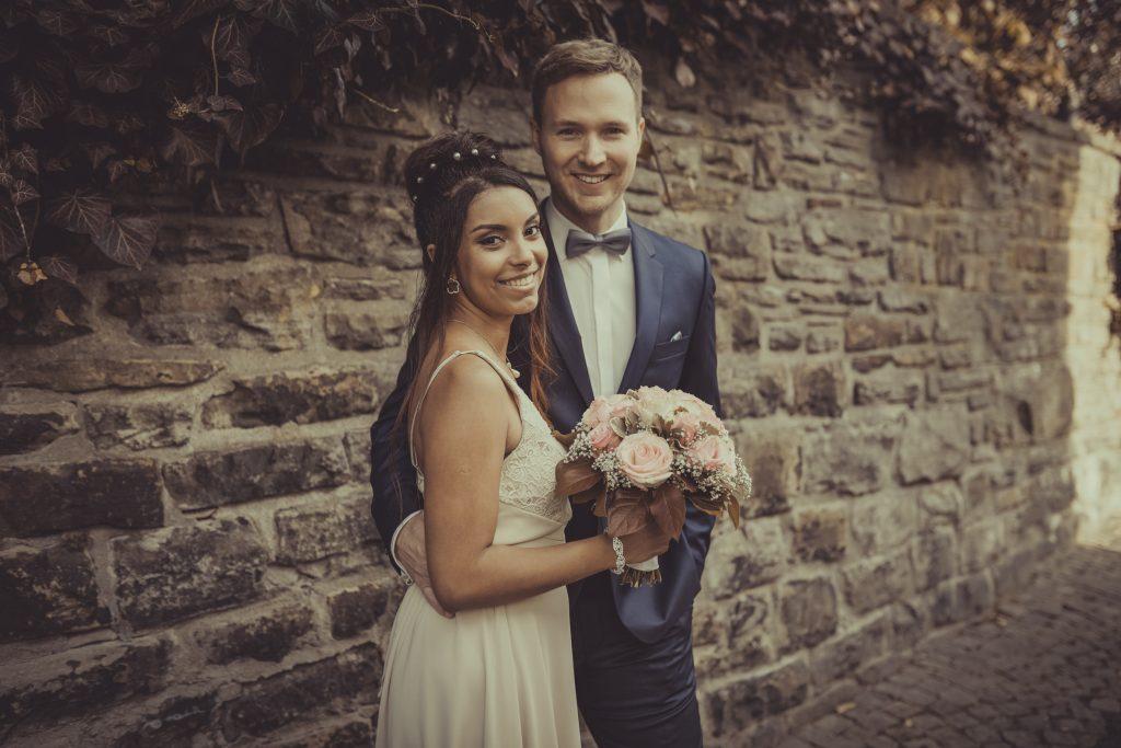 Braut und Bräutigam lachen in die Kamera