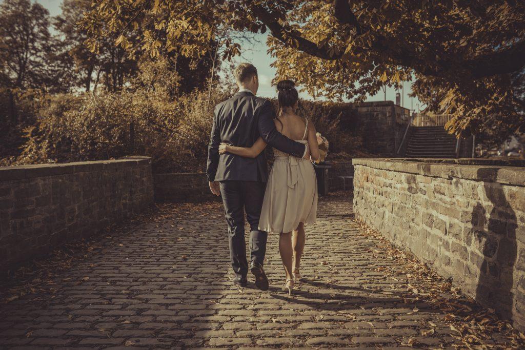Brautpaar spaziert auf einer Brücke