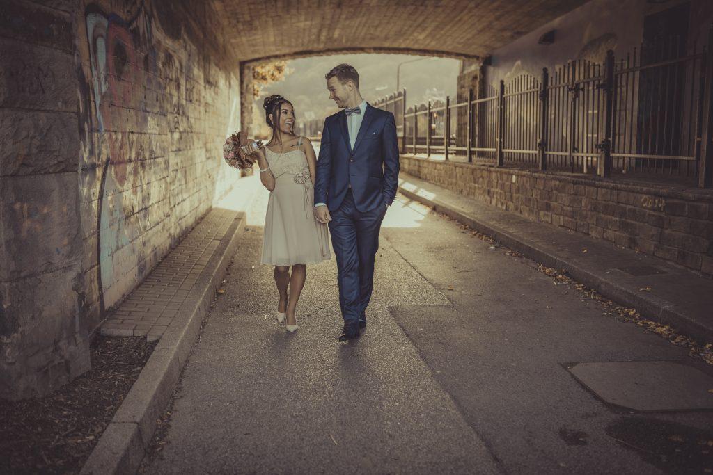 Brautpaar albern herum