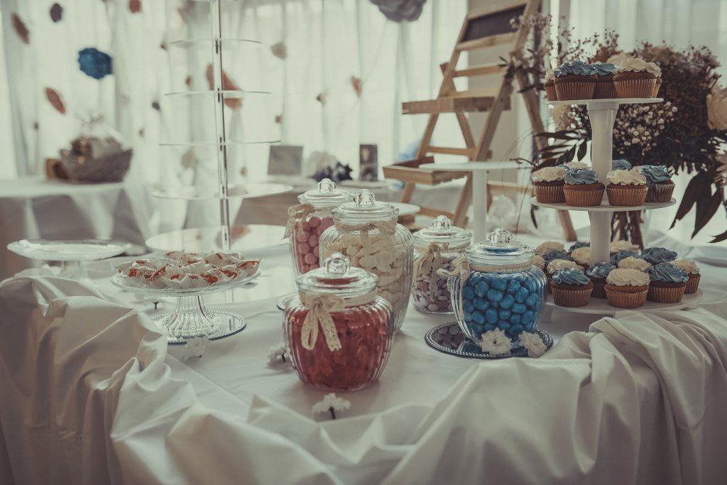 Candybar mit einem diversem Sortiment an Süßigkeiten und Cupcakes