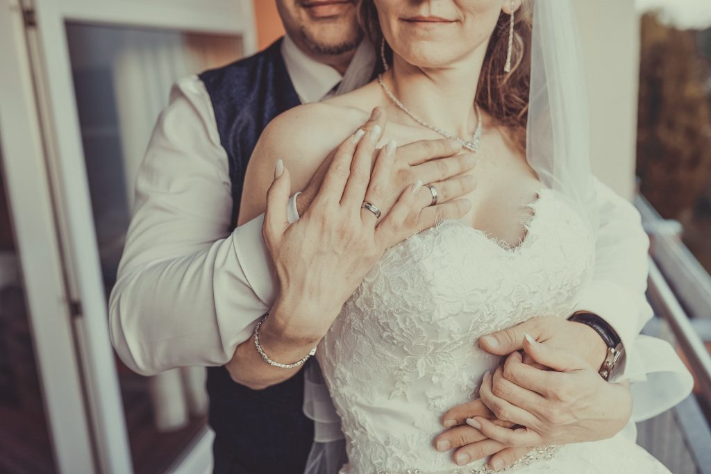 Die braut hält die Hand des Bräutigams