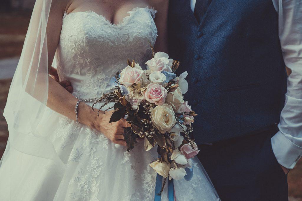 Braut hält den Blumenstrauß