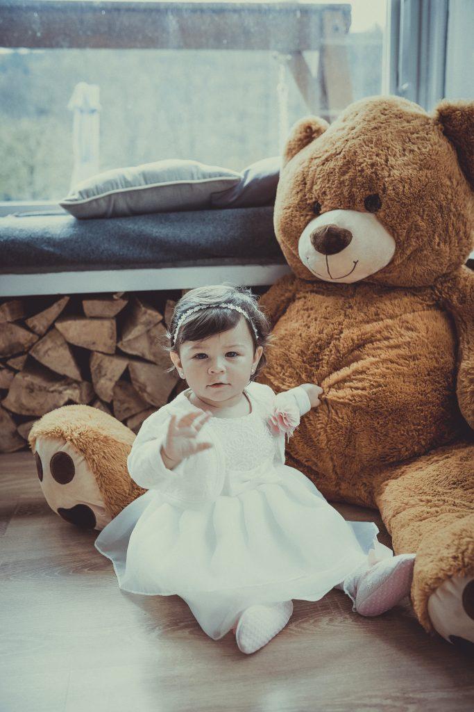 Taufkind mit einem Bären