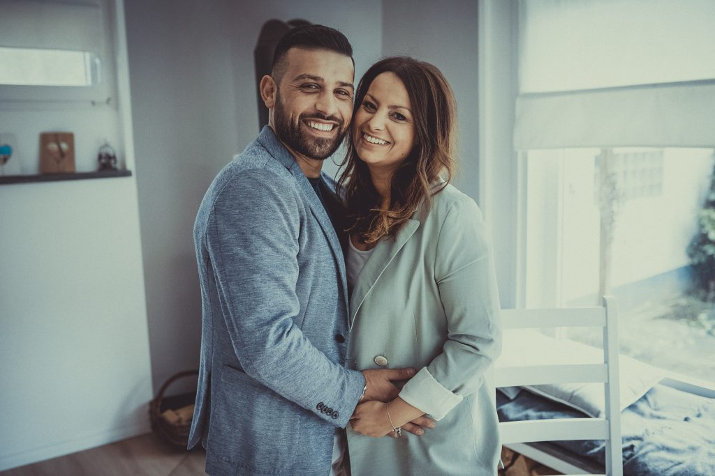 fröhliches junges Elternpaar