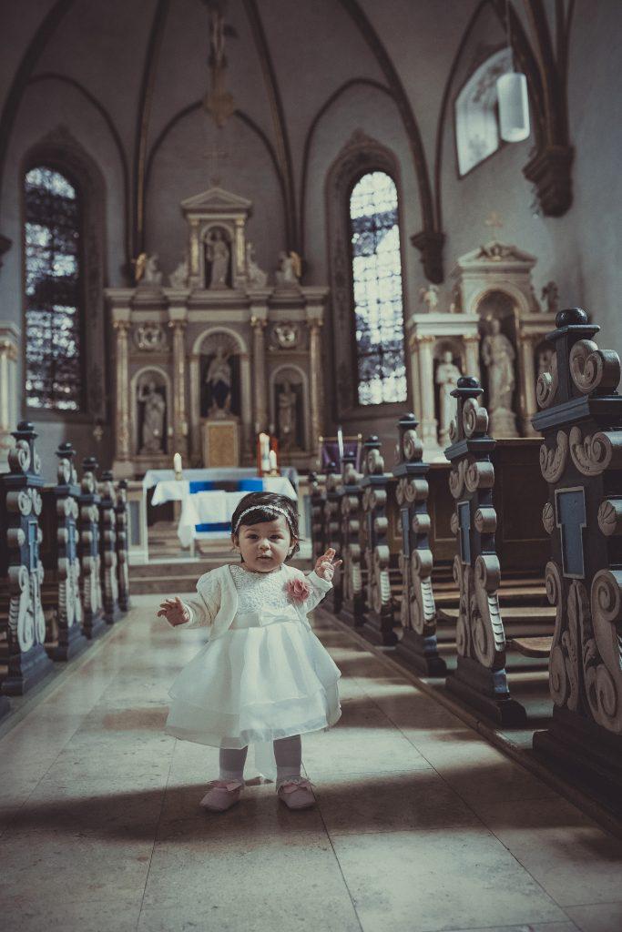 Taufkind in der Kirche