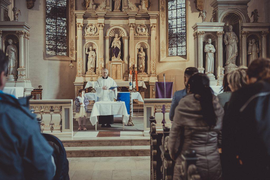 Priester oder Pfarrer betet