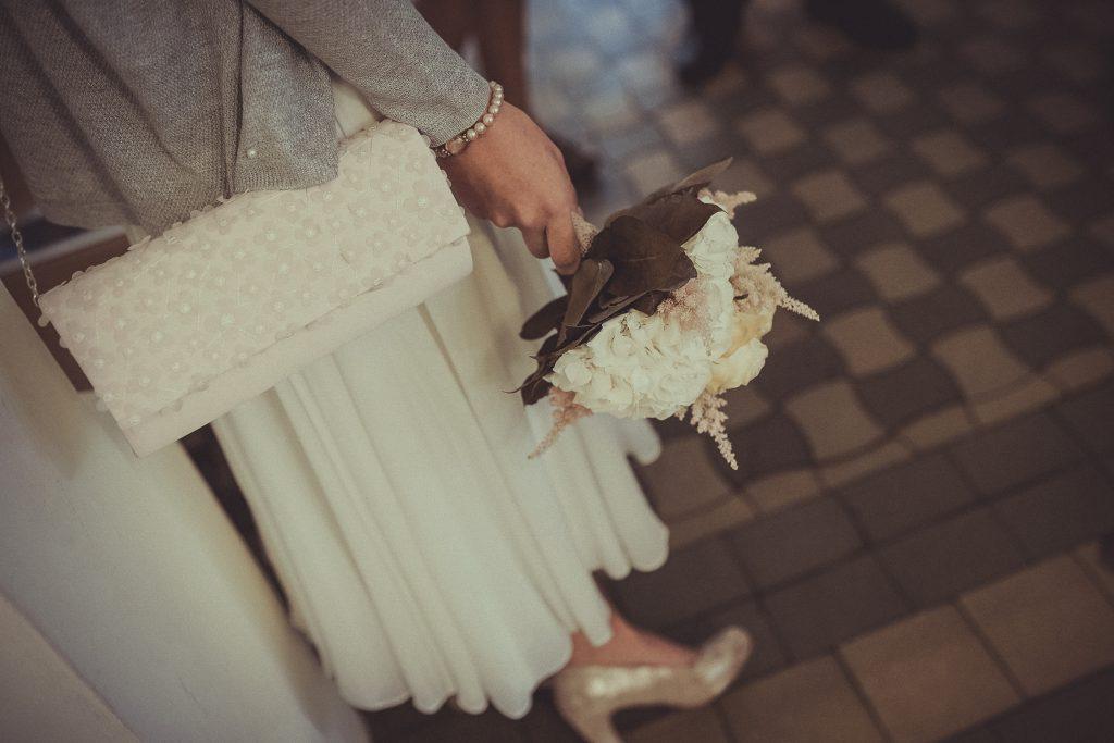 Braut hält einen Brautstrauß