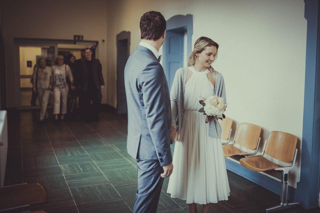Brautpaar hält sich die Hand während die Gäste eintreffen
