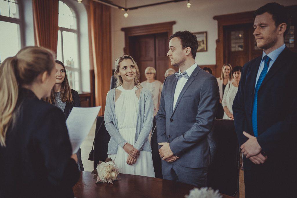 Braut schaut bräutigam von der Seite an