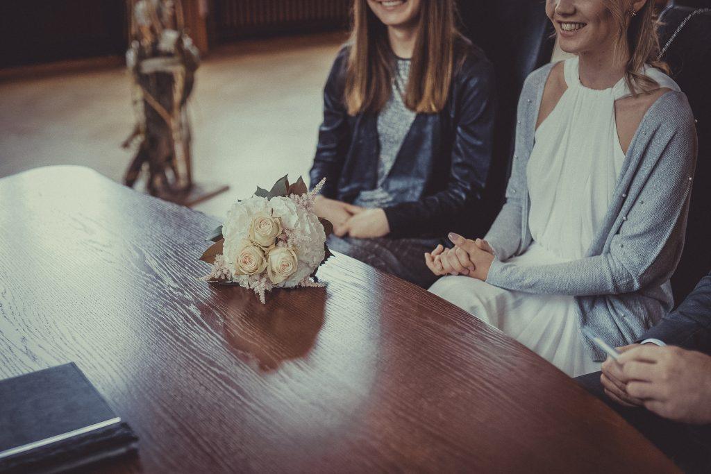 Brautstrauß liegt auf dem Tisch