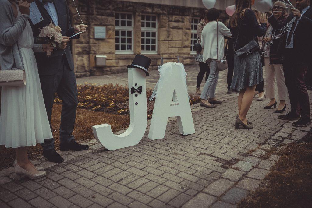 Die Buschstaben Ja stehen vorm Standesamt Witten