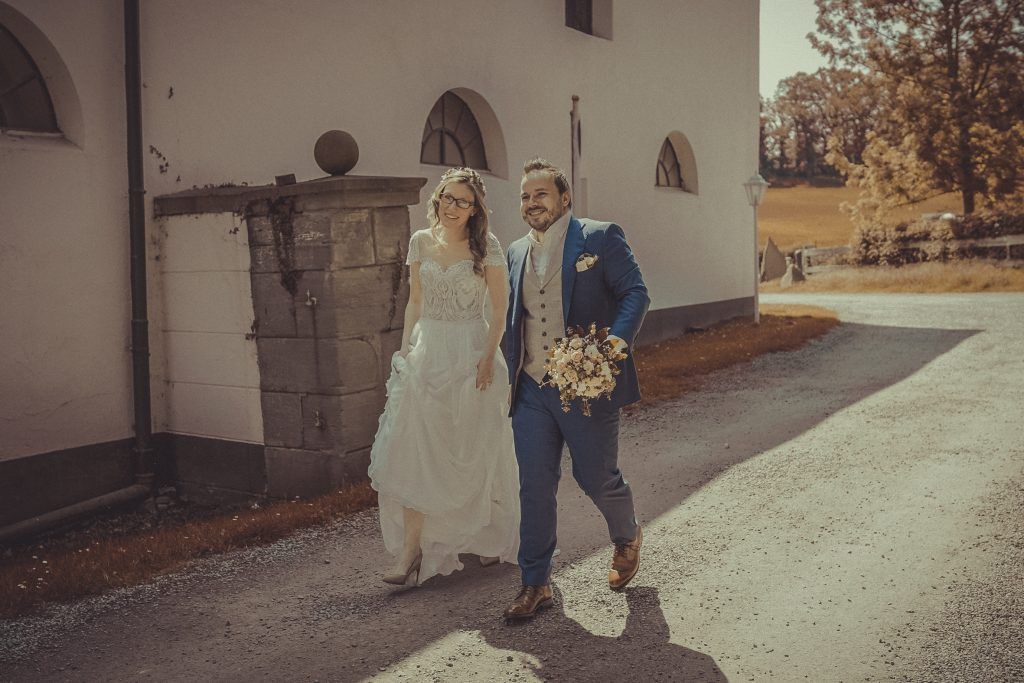 Brautpaar läuft zum Standesamt