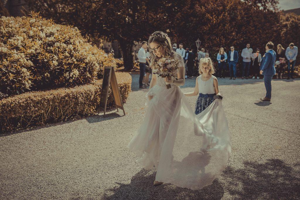 Braut und Blumenkind gehen ins Standesamt