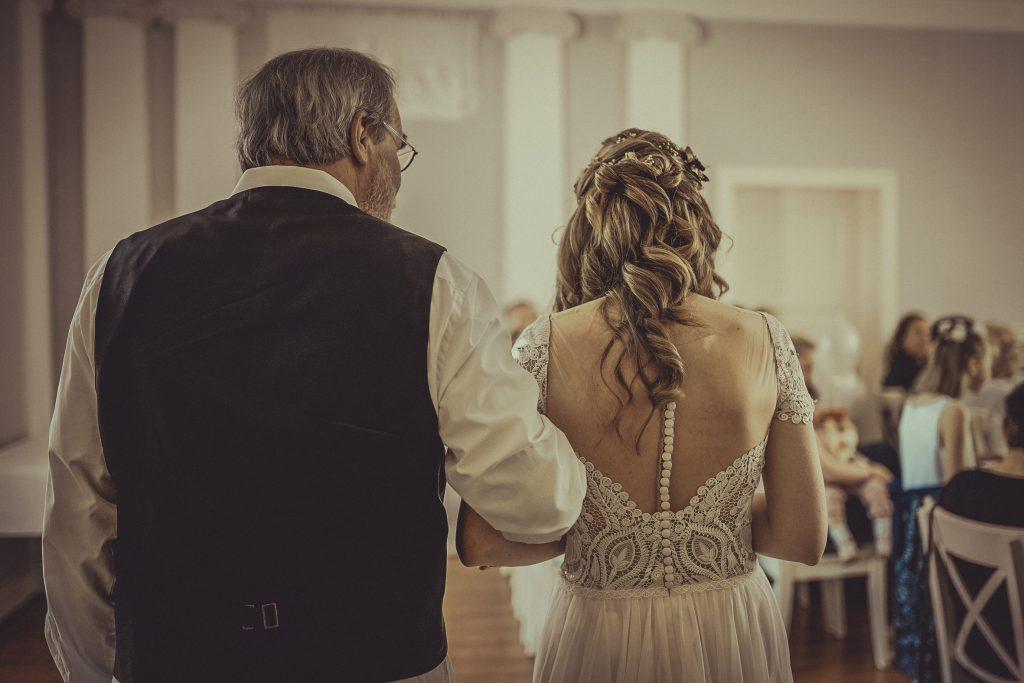 Vater der Braut bringt sie zum Altar