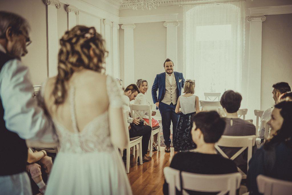 Vater bringt Braut zum Altar