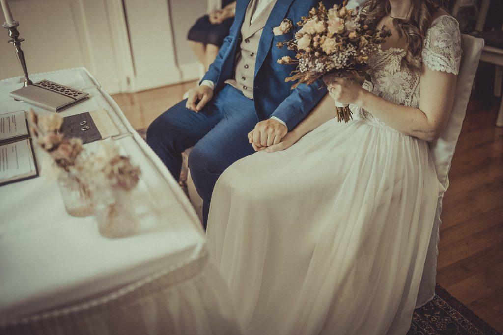 Brautpaar halten sich die Hände