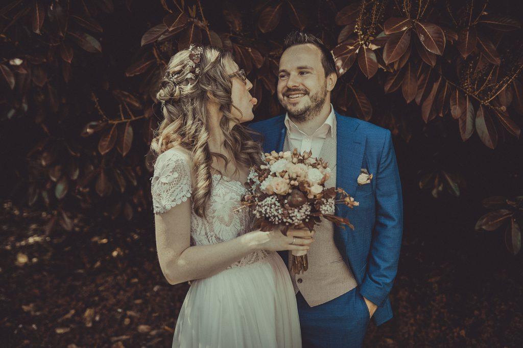 Braut streckt dem Bräutigam die Zunge raus