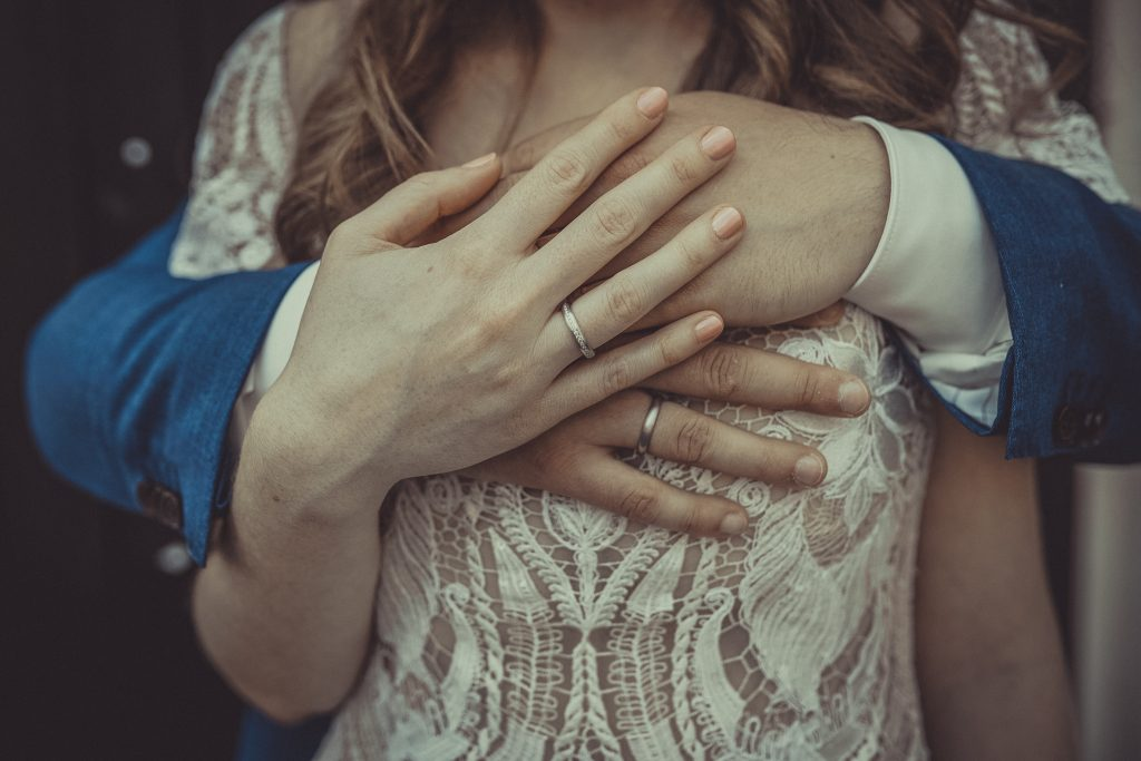 Braut hält die Hand des Bräutigams