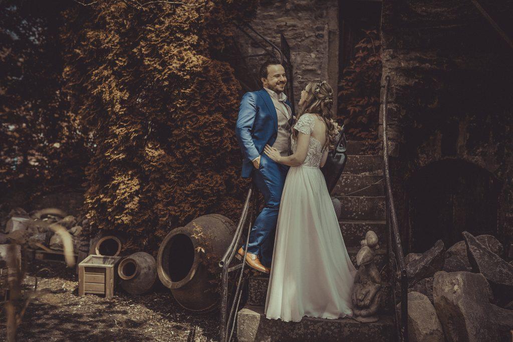 Brautpaar steht auf einer Treppe im spanischen Look