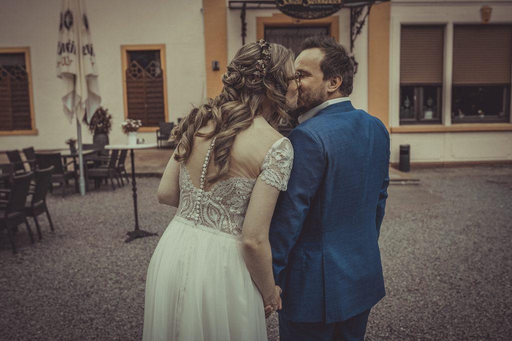 Brautpaar küsst sich vorm Standesamt witten