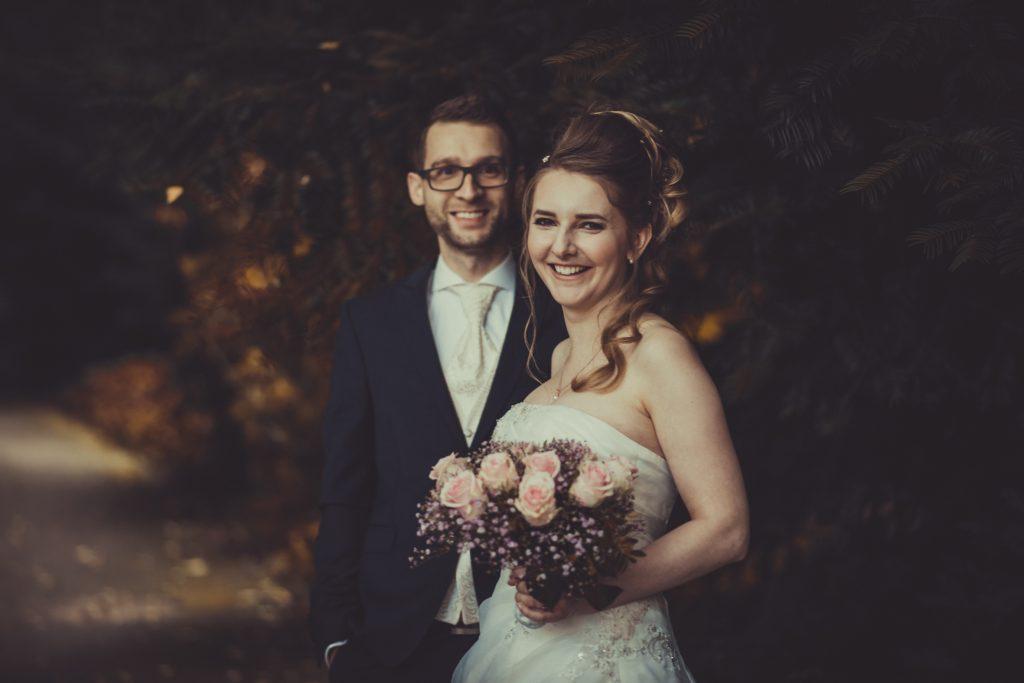 Bild eines Brautpaars das lacht