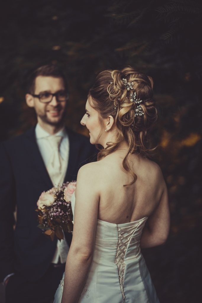 Braut mit hochzeitsfrisur