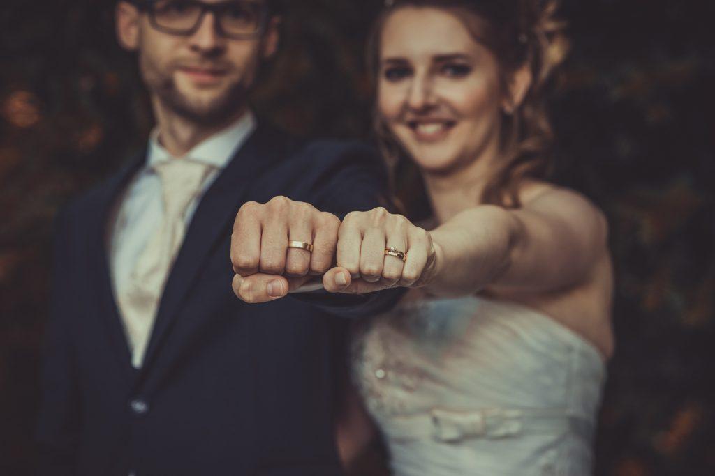 brautpaar hält die Ringe in die Kamera