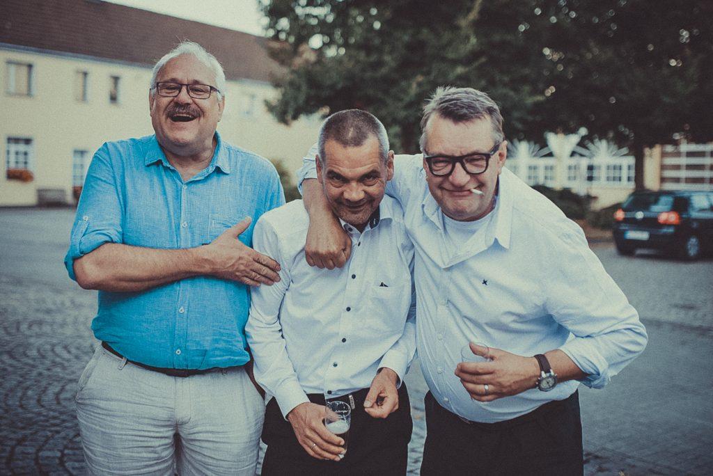 Drei Männer auf einer Hochzeit